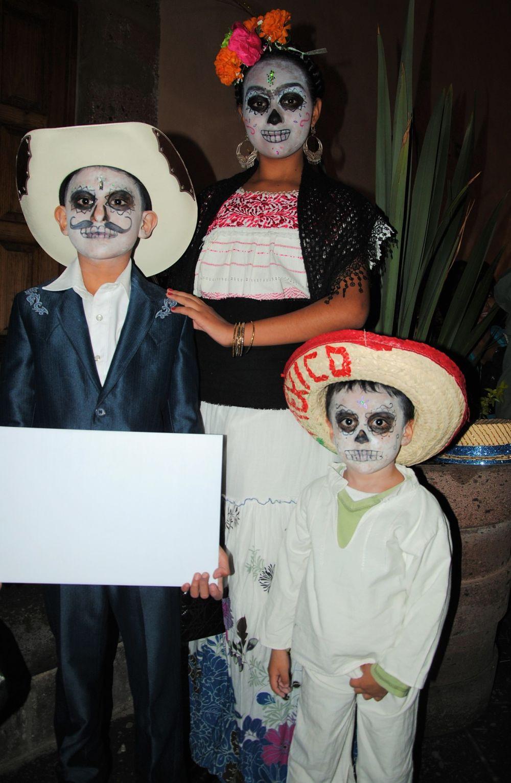Trois enfants déguisés