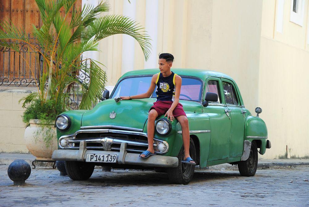 Enfant sur une vieille voiture américaine