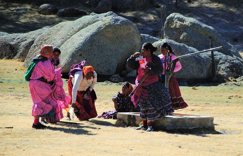 Femmes Tarahumaras puisant de l'eau