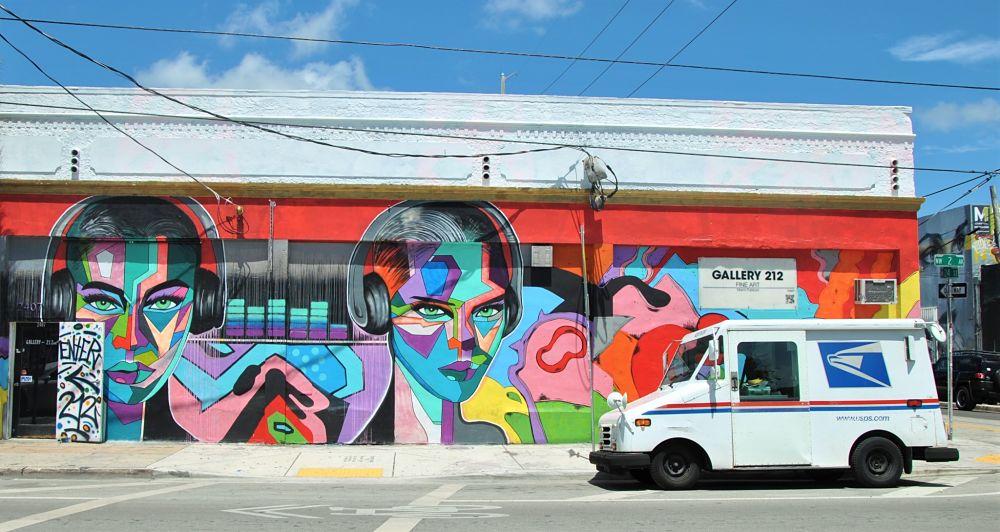 Camion de la poste devant un mur de Wynwood