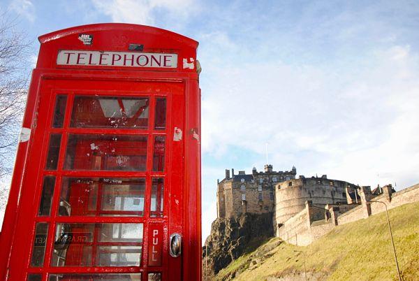 Cabine téléphonique anglaise devant le château d'Edimbourg