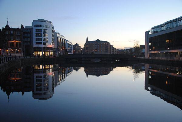 Réflexion sur le port de Leith au nord d'Edimbourg