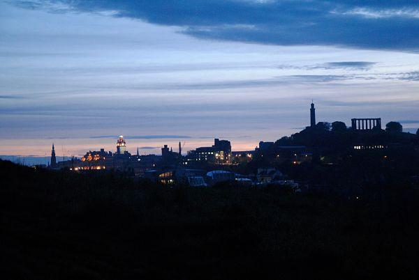 Vue sur la ville d'Edimbourg de nuit, le château, Calton Hill