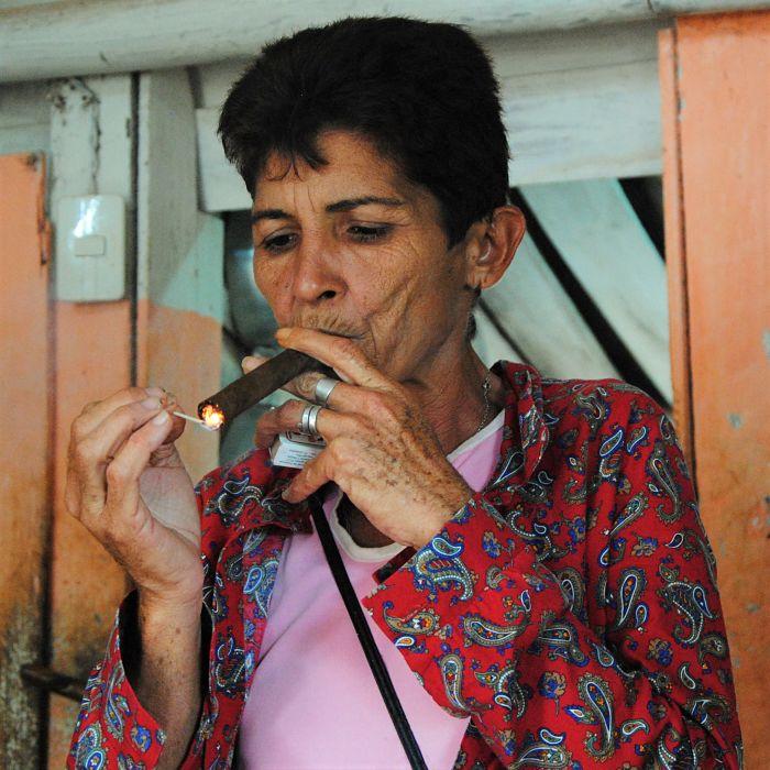 Cubaine fumant le cigare
