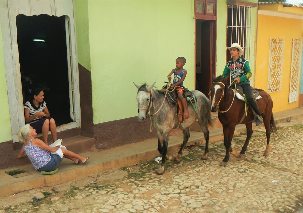 Photo d'enfants à cheval à Cuba
