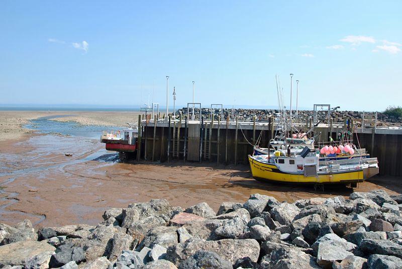 Bateau dans le port d'Alma au bord de la baie de Fundy
