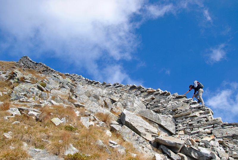Randonnée sur le mur menant au Pizzo Bombögn