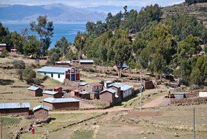 Le petit village de Llachon sur le lac Titicaca