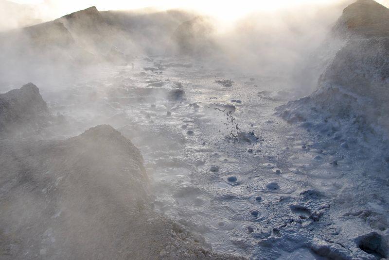 Geyser au salar d'Uyuni en Bolivie