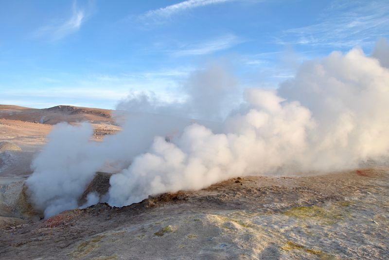 Un geyser au lever du soleil dans le désert de sel d'Uyuni
