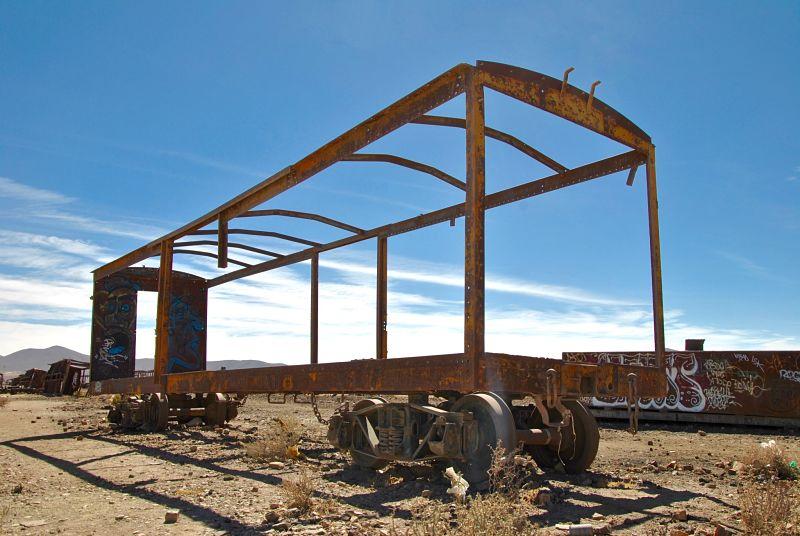Wagon avec vue dans le désert de sel d'Uyuni