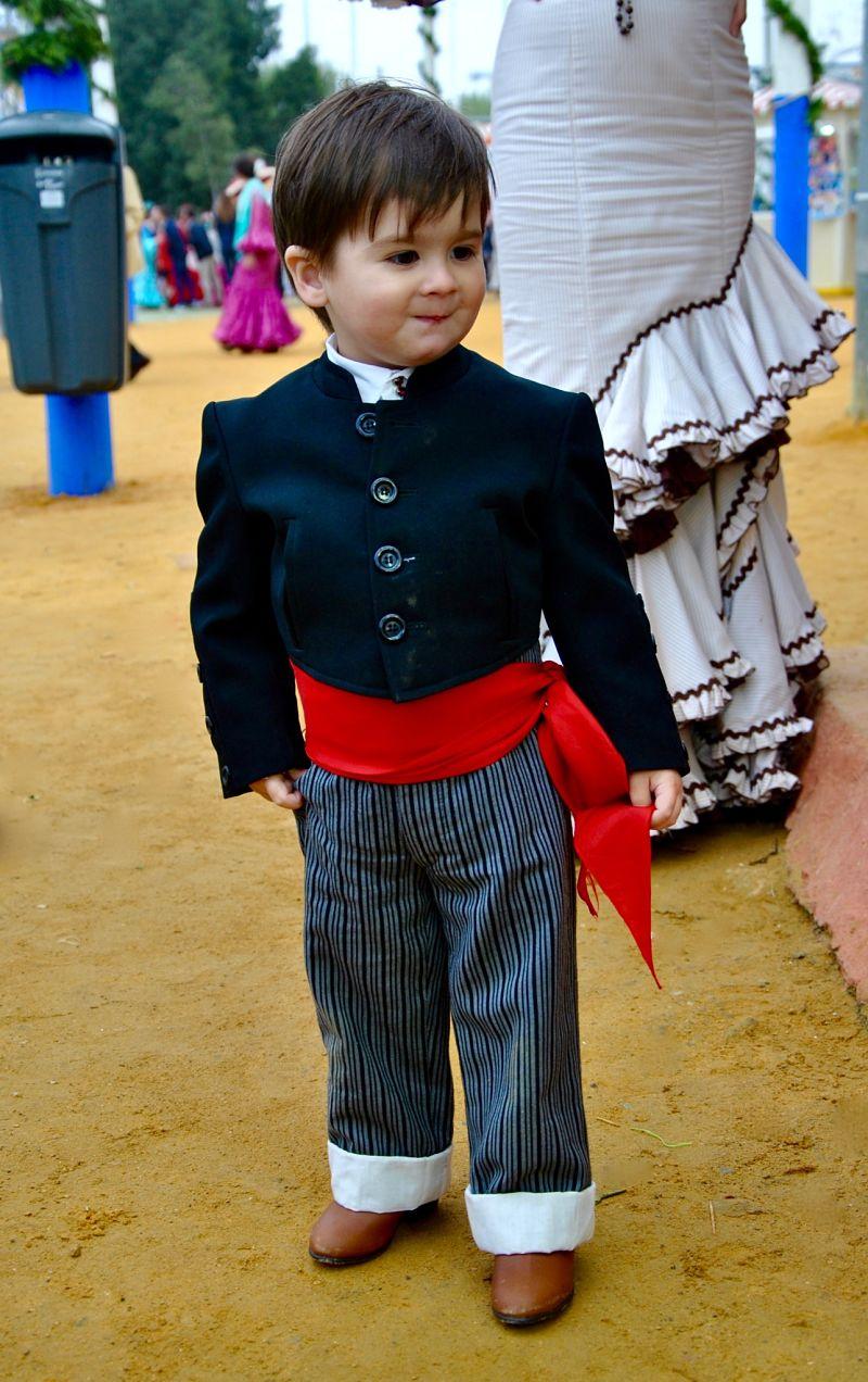 Photo d'un petit garçon en habit de Torero à la Feria de Séville