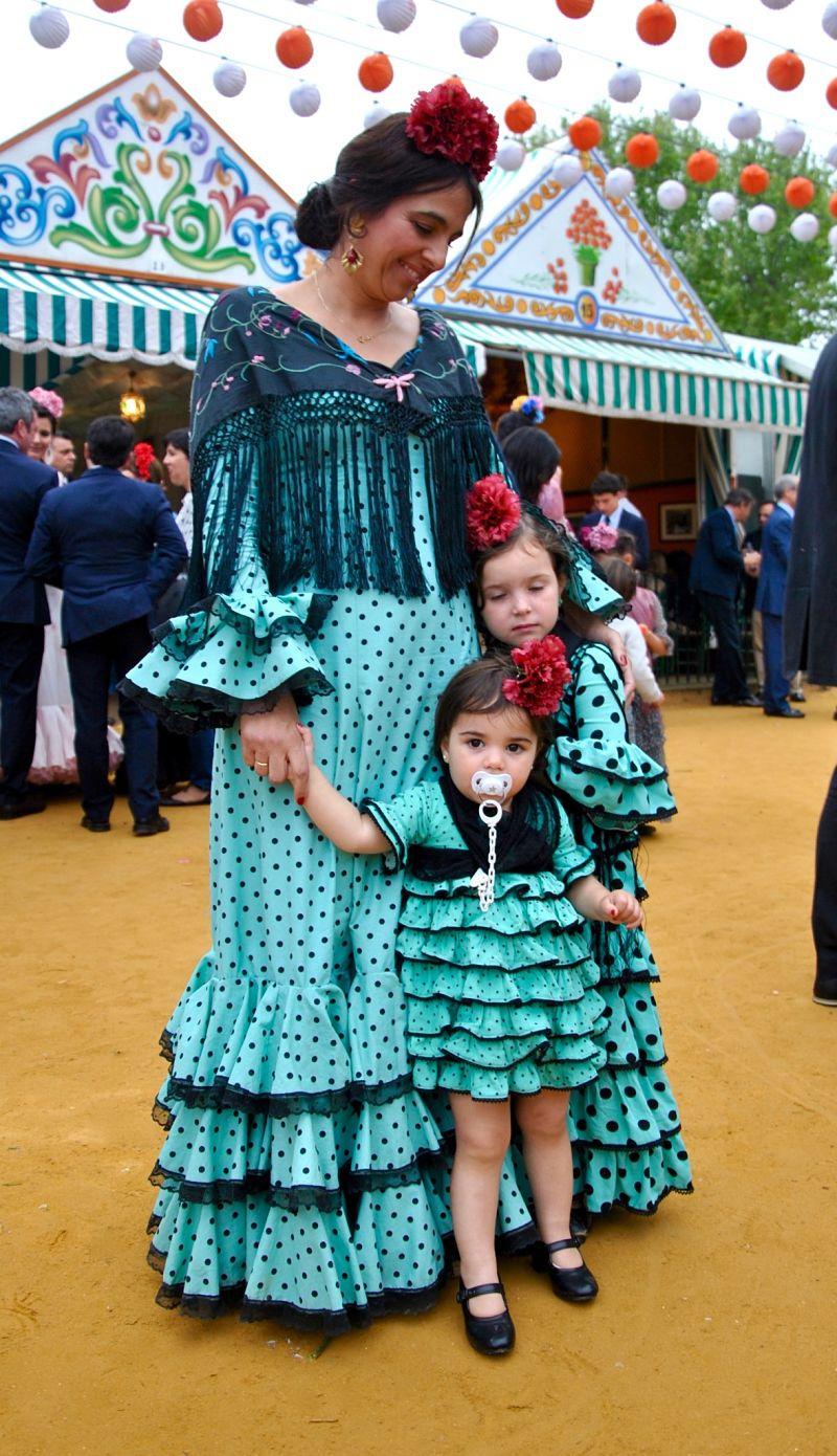 Photo d'une maman et de ses filles en robes de flamenco