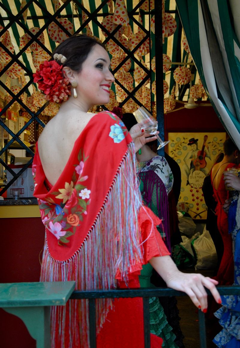 Lucia avec son magnifique Mantón et un verre de rebujito
