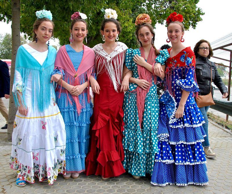 Jeunes filles se rendant à la feria de Séville
