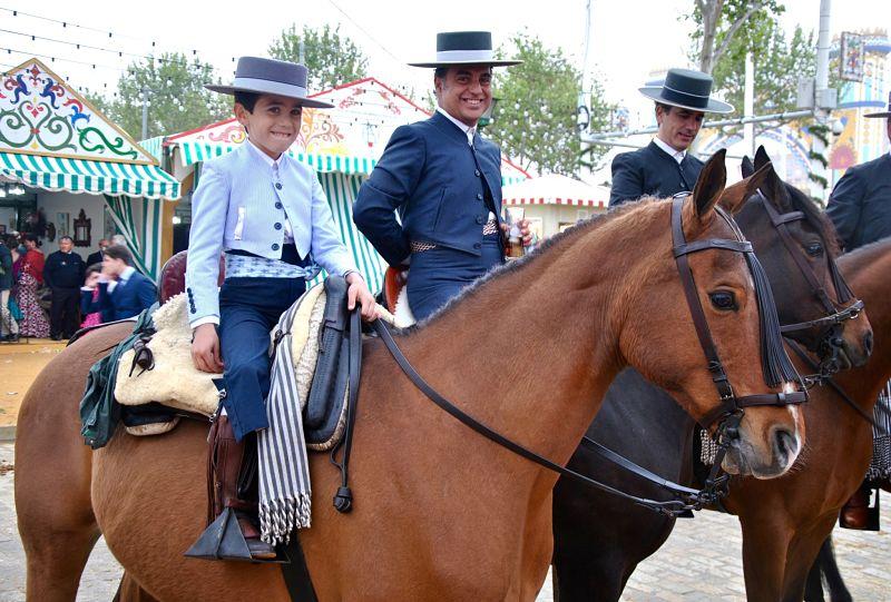Jeune garçon sur son cheval à la Feria de Séville