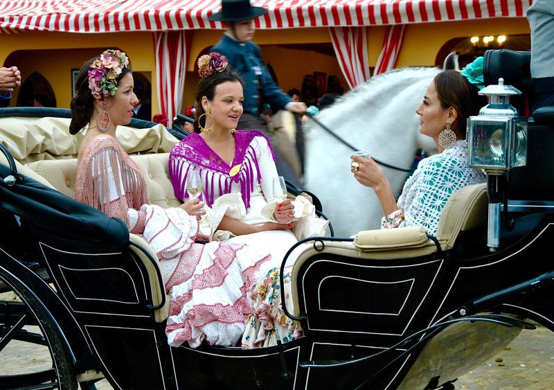 Sevillanas dans une calèche dans les allées de la Feria de Séville