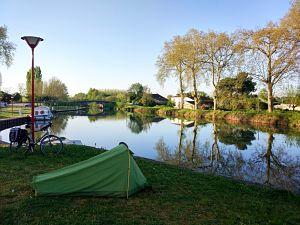 Bivouac au bord du canal de la Garonne lors de mon voyage à vélo en France