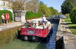 Passage d'écluse sur le canal latral à la Garonne entre Bordeaux et Toulouse