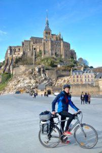 Cyclotouriste sur mon vélo devant le Mont Saint Michel