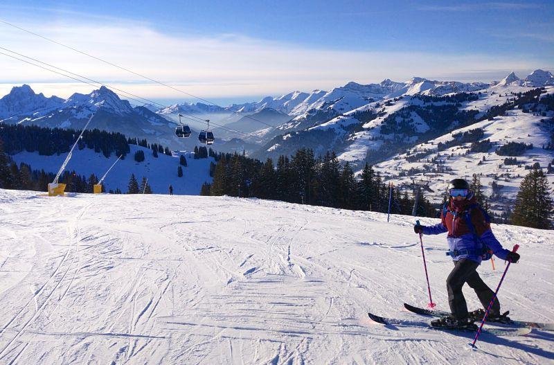 Skier pendant son voyage en Suisse l'hiver