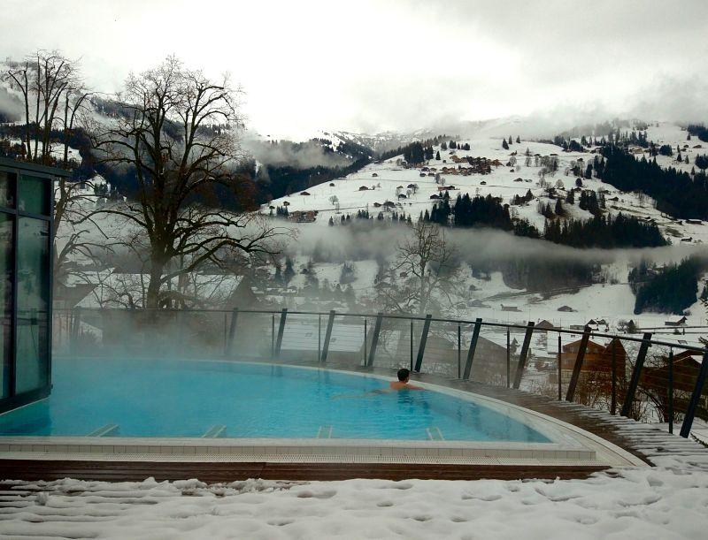 Voyage en Suisse l'hiver dans un spa au milieu des montagnes