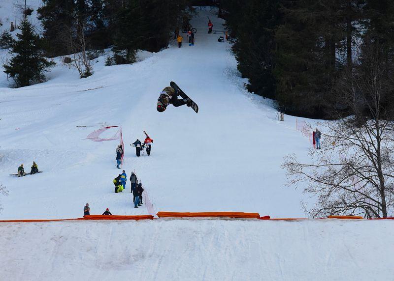 Un rider en snowboard sur le kicker du 7Peaks Riverstyle