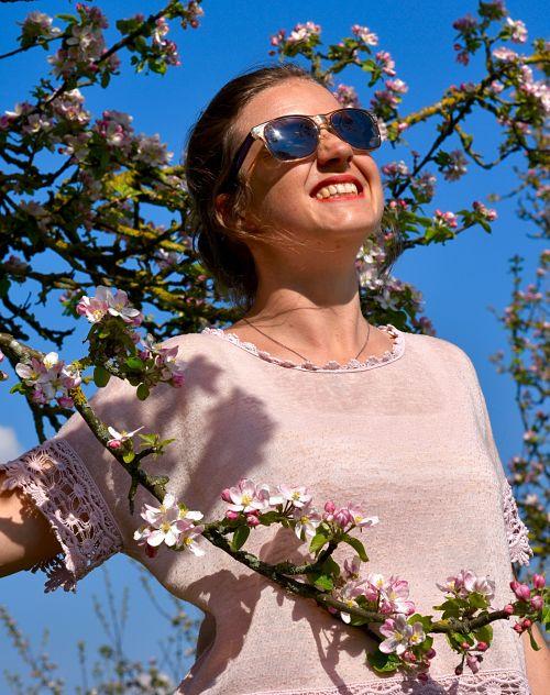 Lucy dans un arbre fleuri
