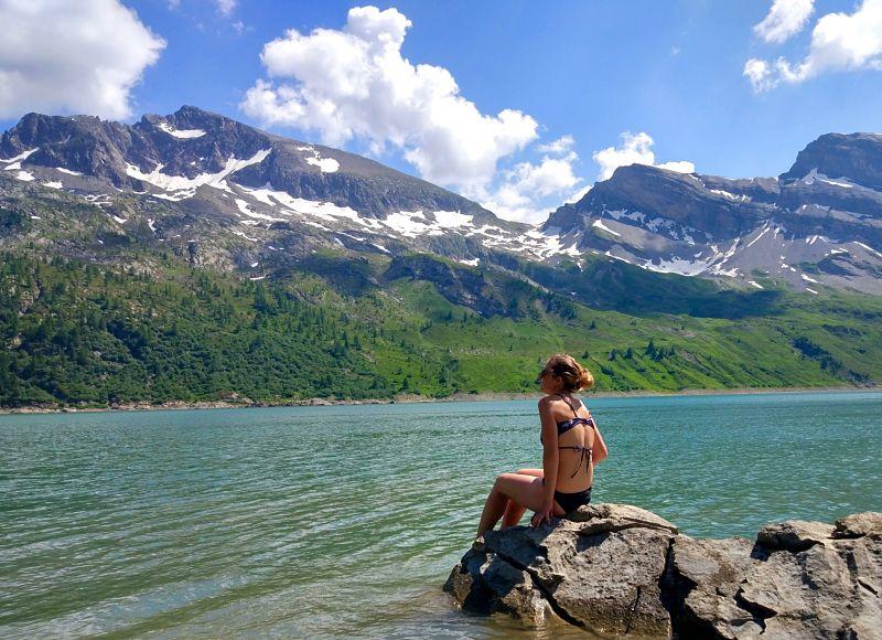 Baignade après une randonnée dans le lac de Salanfe