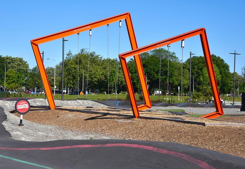 Balançoire pour enfants ou art de rue ?