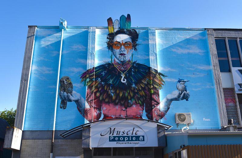 Murale de street art sur le mur de l'auberge de jeunesse