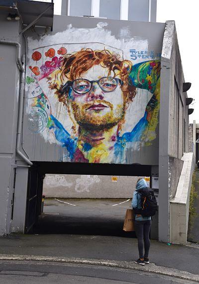 Peinture représentant Ed Sherran dans les rues de Dunedin
