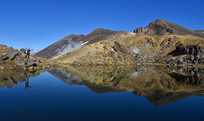 Réflexion du Mont Ngauruhoe sur un des lacs émeraude