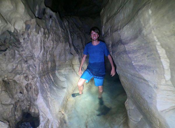 Cave stream une grotte avec une rivière près d'Arthur's Pass