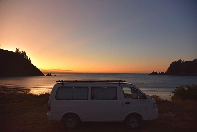 Vanlife et coucher de soleil au bord de la mer durant notre road-trip en Nouvelle-Zélande