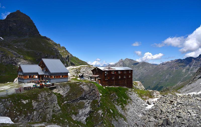 Cabane prafleuri sur le Sentier des Bouquetins dans le Valais en Suisse