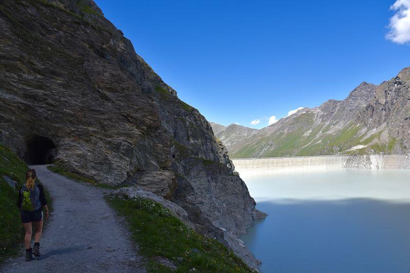 Randonnée du Sentier des Bouquetins le long du lac des Dix