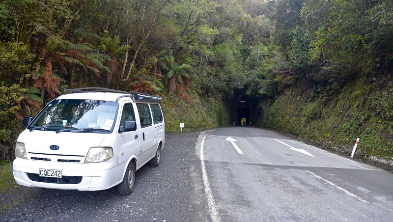 Tunnel des hobbits sur la Forgotten World Highway en Nouvelle-Zélande