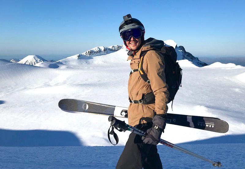 Skier sur l'île du nord de la Nouvelle-Zélande sur le volcan Ruapehu