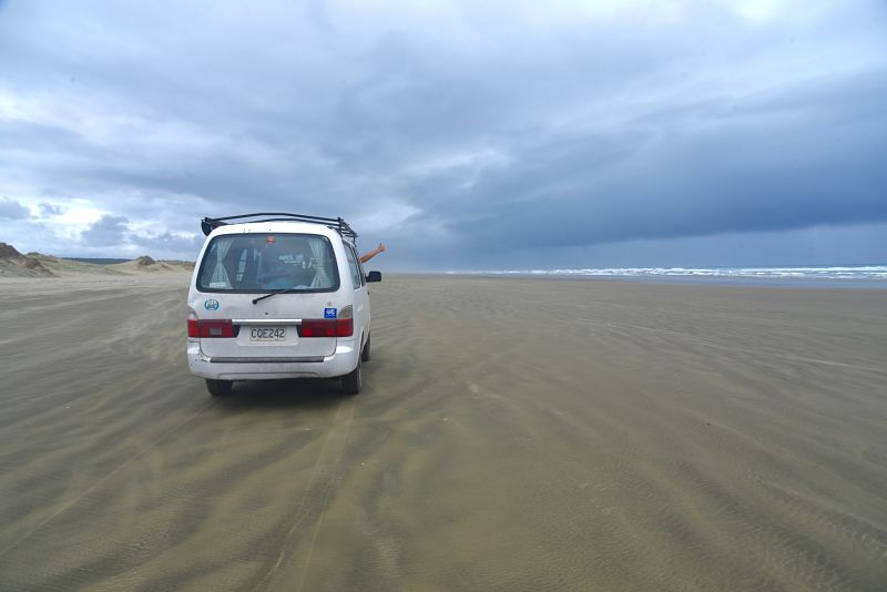 Conduire sur la plage de 90 miles beach au nord de la Nouvelle-Zélande