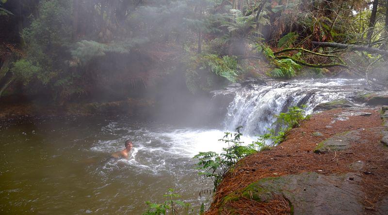 Cascade d'eau chaude de Kerosene creek à coté de Rotorua en Nouvelle-Zélande