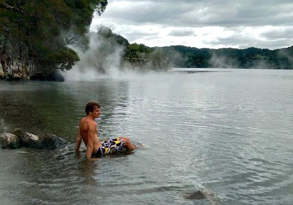 Source d'eau chaude au bord du lac Tarawera vers Rotorua