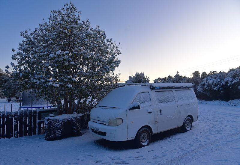 Van enneigé pendant l'hiver en Nouvelle-Zélande Vanlife